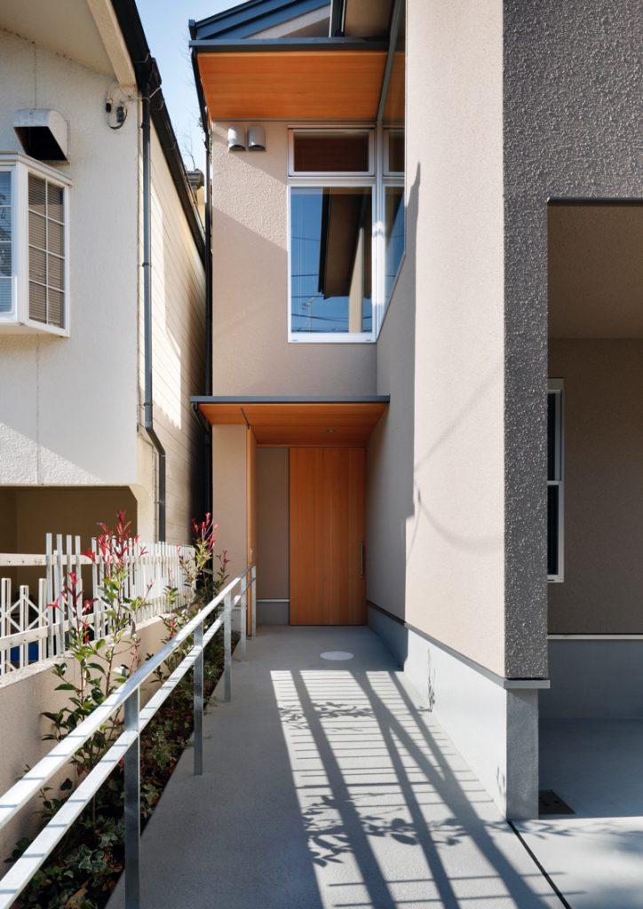 バリアフリー新居の玄関とスロープ