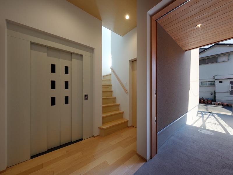 バリアフリー新居の玄関とエレベーター