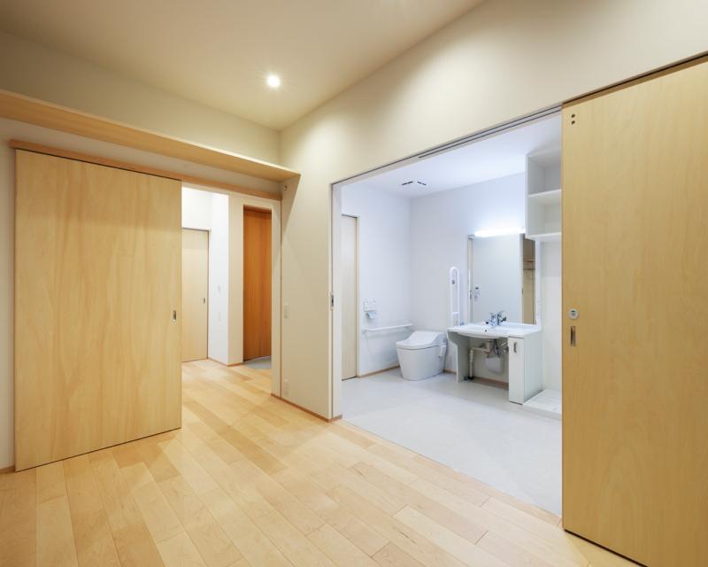 寝室から見たバリアフリー新居のトイレなど水回り