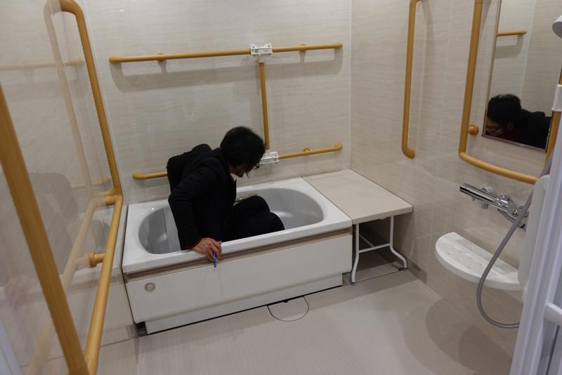 積水ハウスのショールームでお風呂を確認しているイメージ