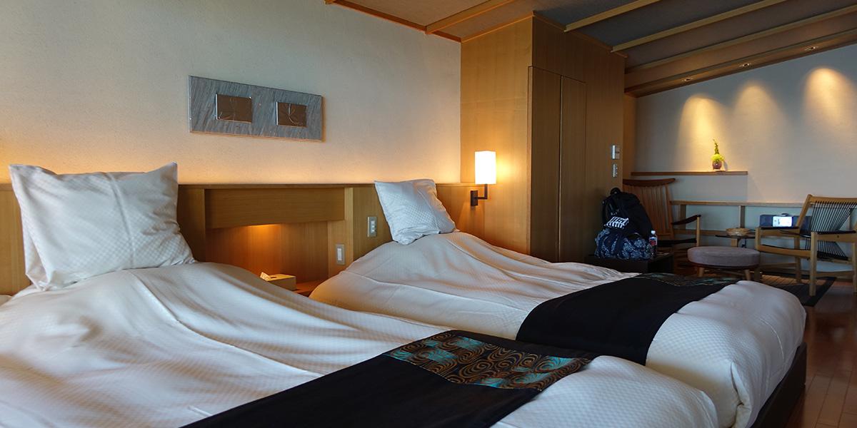 御宿 The Earthのユニバーサルスイートルームのベッド