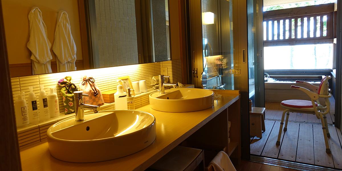 御宿 The Earthのユニバーサルスイートルームの洗面脱衣室